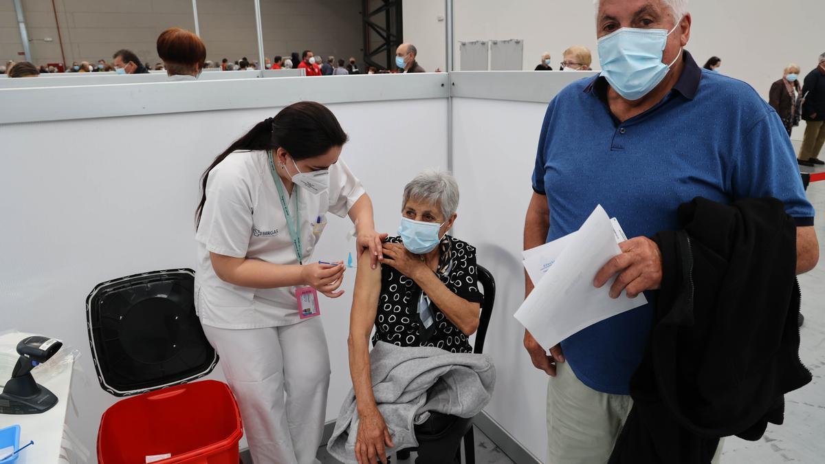 Vacunación, ayer, en el Ifevi. // Alba Villar