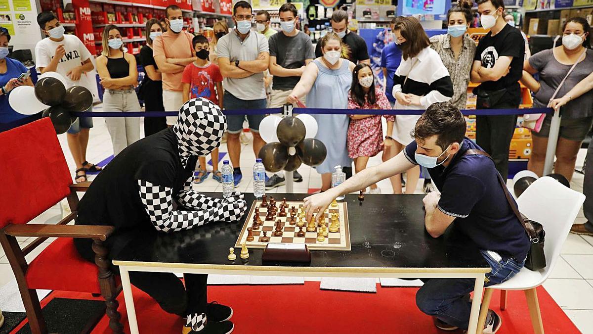 El Rey Enigma, en el Centro Comercial Travesía, jugando contra aficionados .    / PABLO HERNÁNDEZ GAMARRA