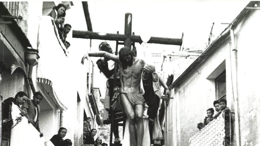 Exposición fotográfica a gran escala y al aire libre del paso del Descendimiento de Santa Cruz