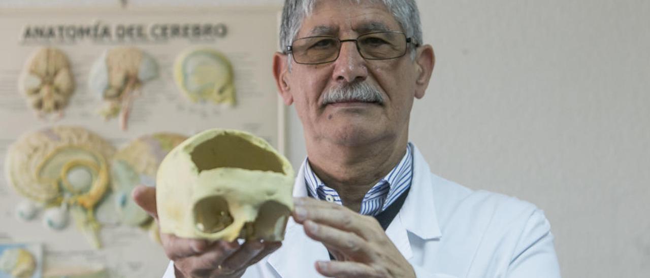 El doctor Pedro Moreno, en su despacho del Hospital General. | HÉCTOR FUENTES