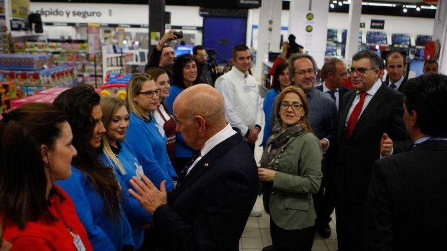 Carrefour abre hoy sus puertas con una plantilla de más de 200 trabajadores