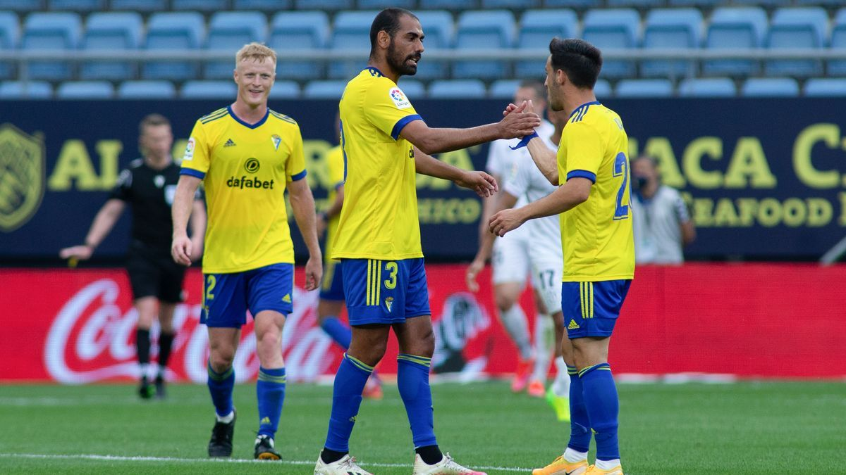 Jugadores del Cádiz celebran la victoria ante el Huesca.