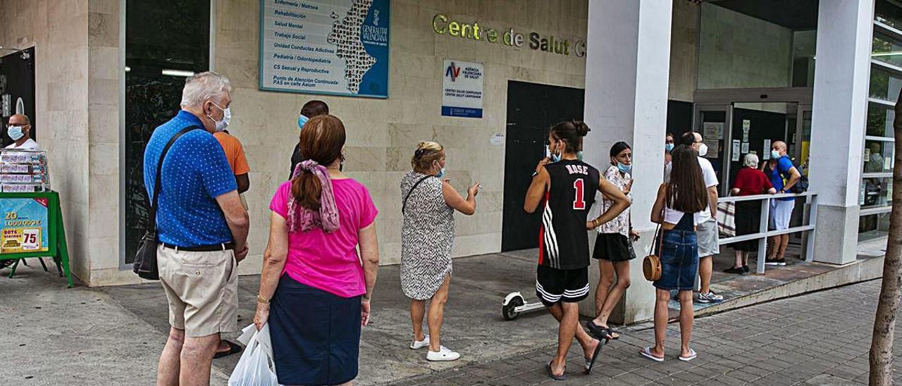 Colas para acceder a un centro de salud de la ciudad de Alicante, en una imagen del lunes.