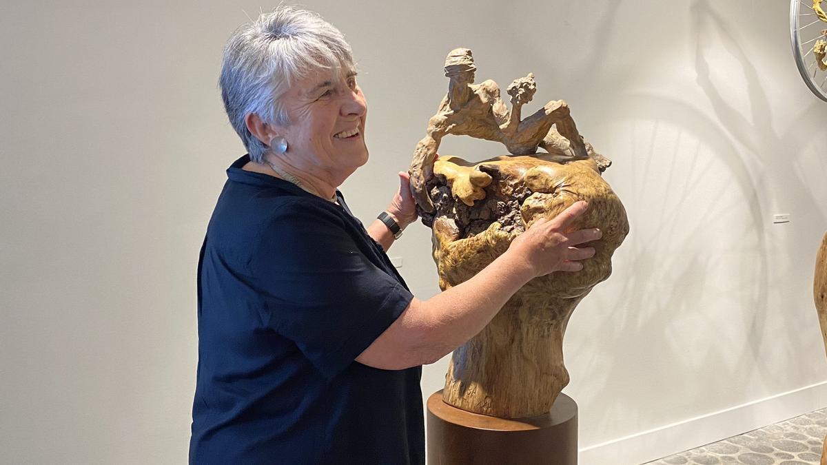 Mercè Riba amb una de les obres de l'exposició.