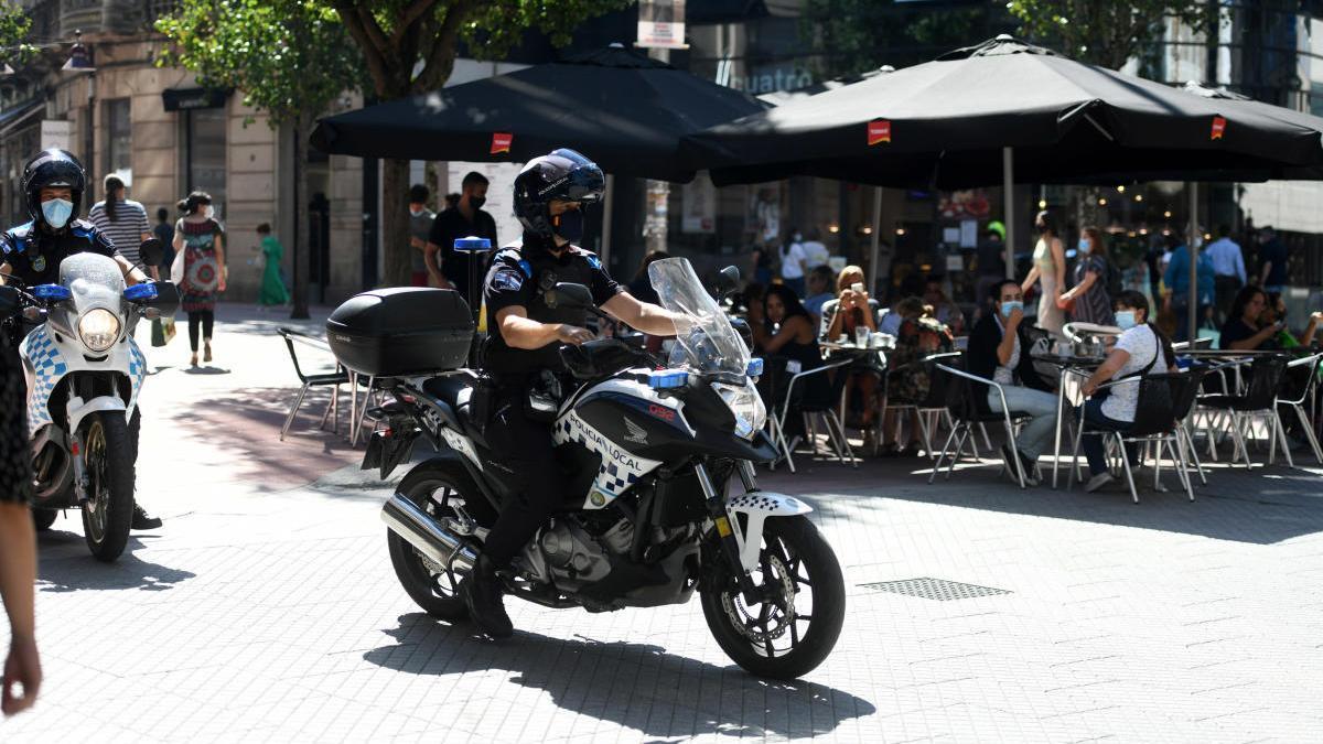 Agentes de la Policía Local de Pontevedra patrullan por el centro histórico