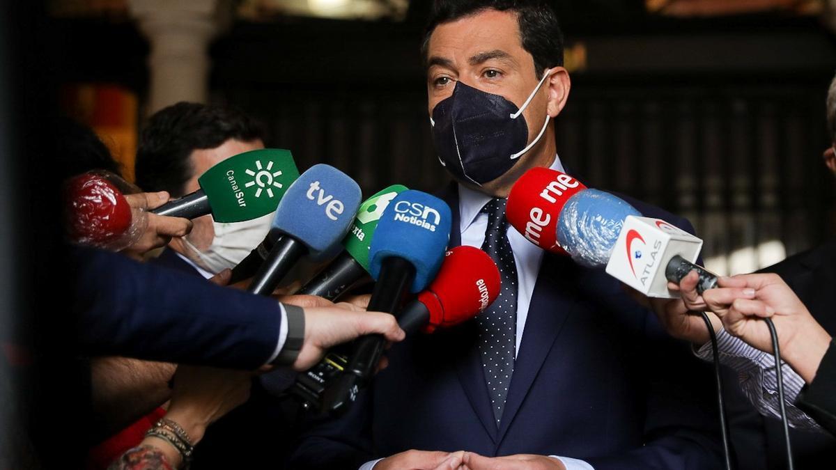 El presidente de la Junta de Andalucía, Juanma Moreno, este lunes durante su atención a los medios de comunicación.