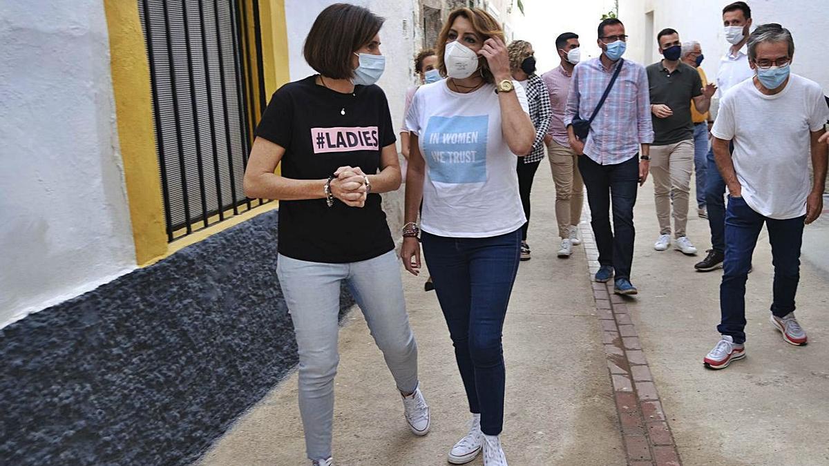 Susana Díaz y una dirigente socialista de Polopos-La Mamola pasean por la localidad granadina ataviadas con sendas camisetas que portan mensajes feministas en inglés.