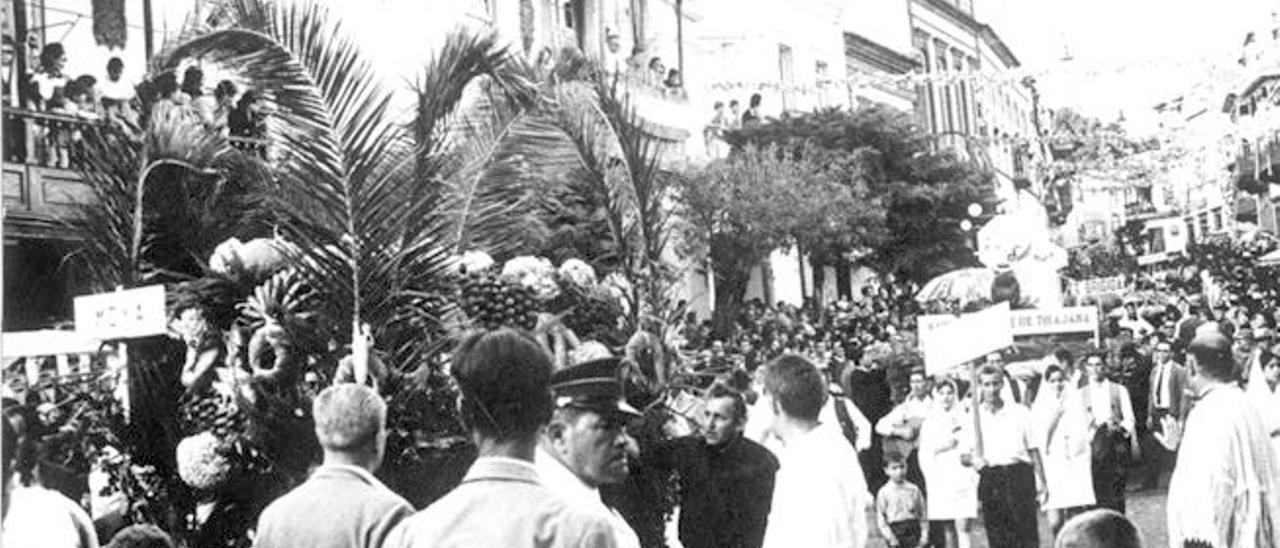 Procesión del Pino en Teror por una de sus calles principales.