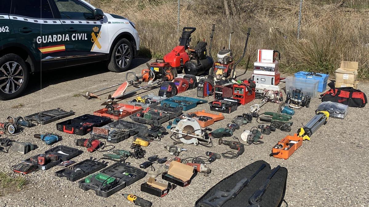 Objetos robados y recuperados al detenido.
