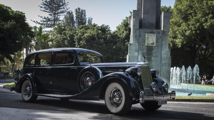 Espectacular concurso de vehículos antiguos en el Carnaval de Santa Cruz