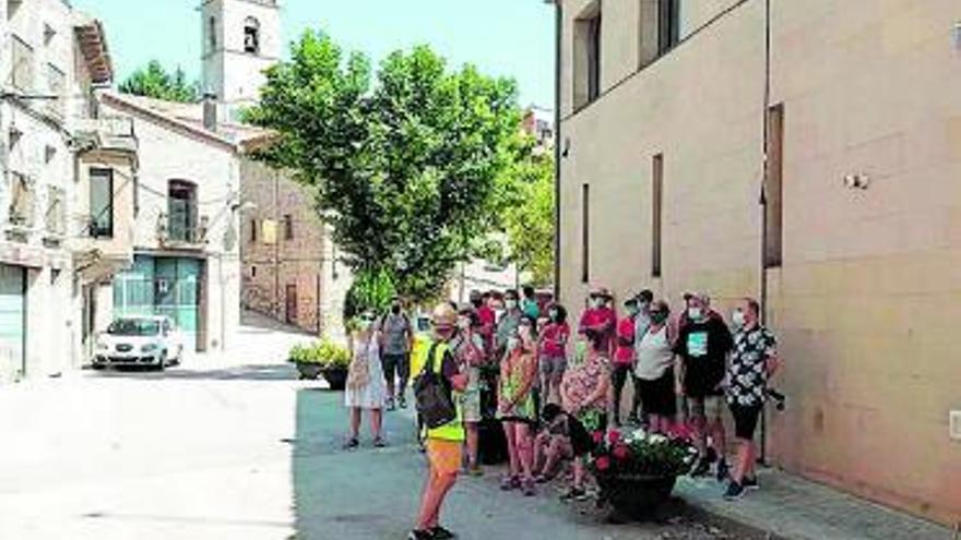 Una vintena de persones visita Sant Martí Sesgueioles en una sortida turística d'Anoia Patrimoni