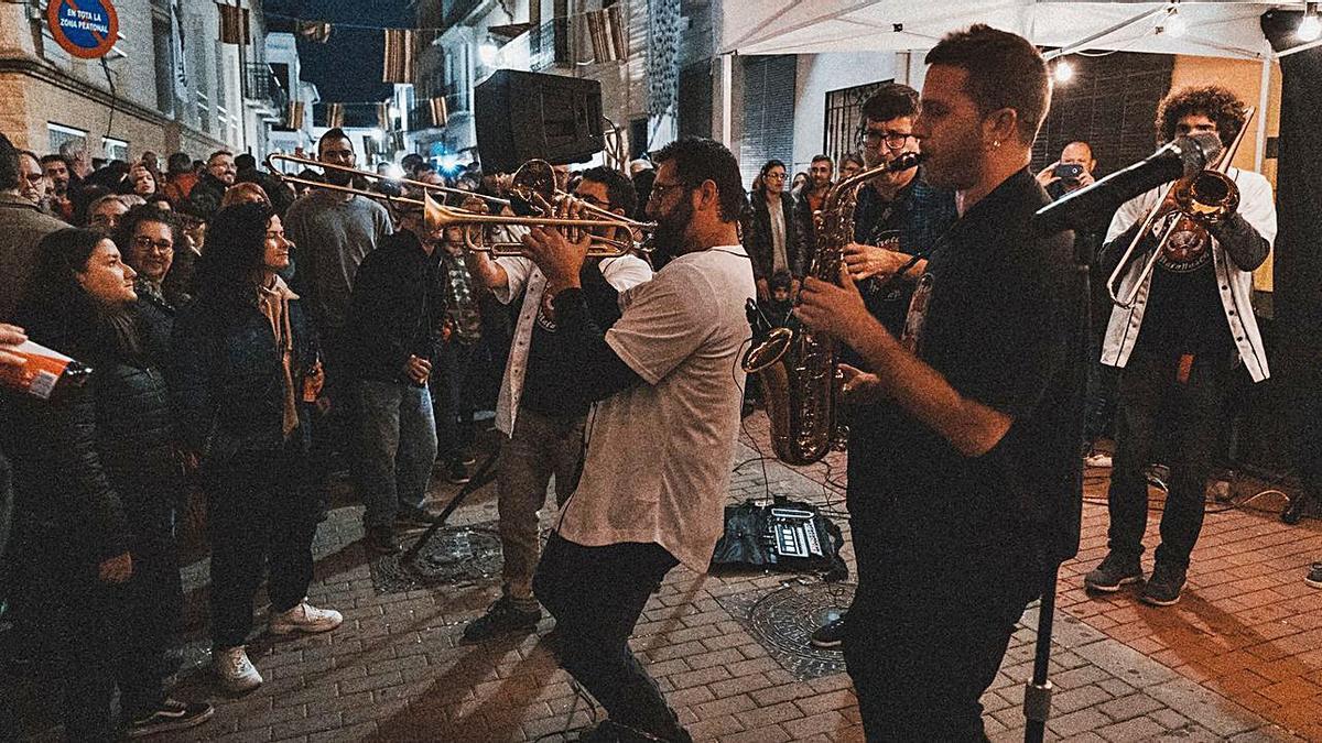 Els carrers plens de gent en una imatge de l'últim Porrat de Sant Blai al febrer de 2020. | LEVANTE-EMV