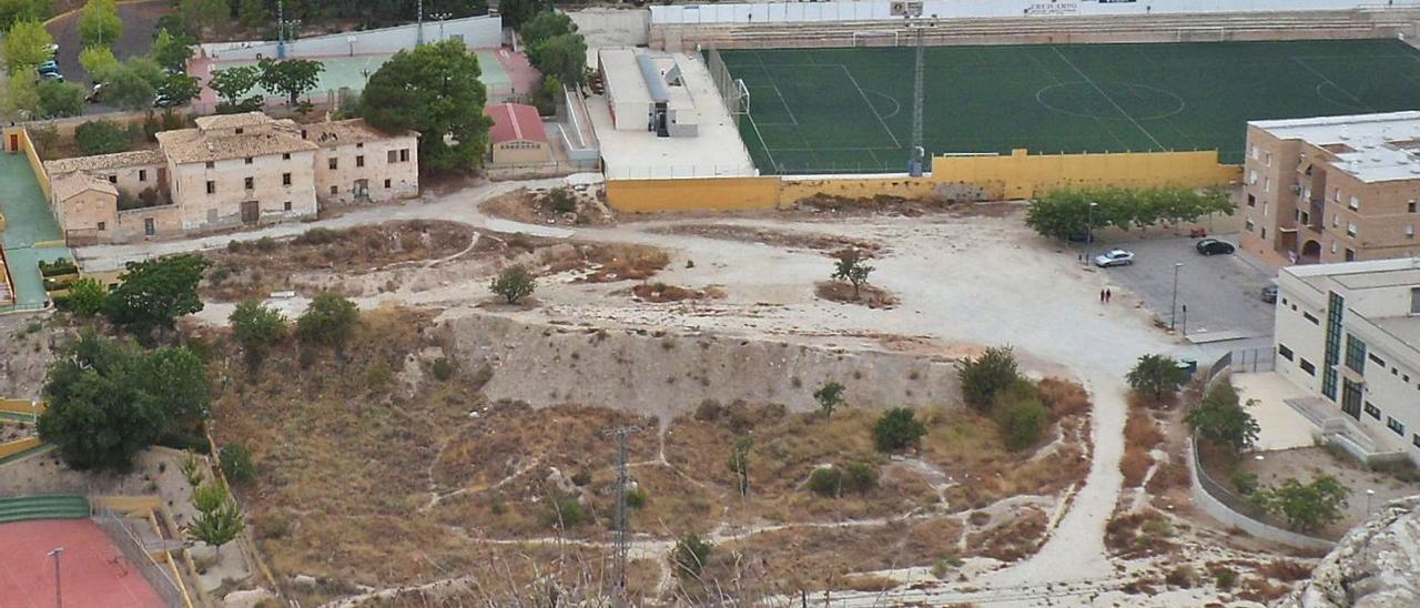 Zona entre el centro de salud, el campo de fútbol y el polideportivo donde se levantará el pabellón de Xixona, en una imagen de archivo. | J.A.RICO