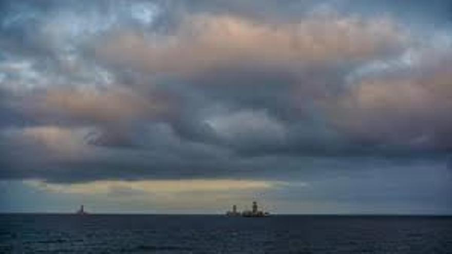 Cielos poco nubosos predominantes un viernes con viento moderado en Canarias