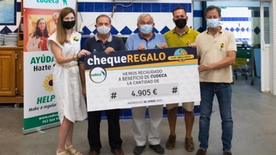 Los Mellizos entrega un cheque de 4.905 euros a la Fundación Cudeca