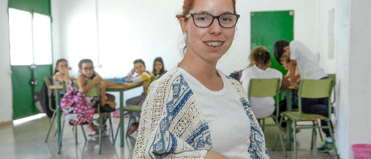 Ruth Vega, educadora social, imparte clases y talleres en el barrio.