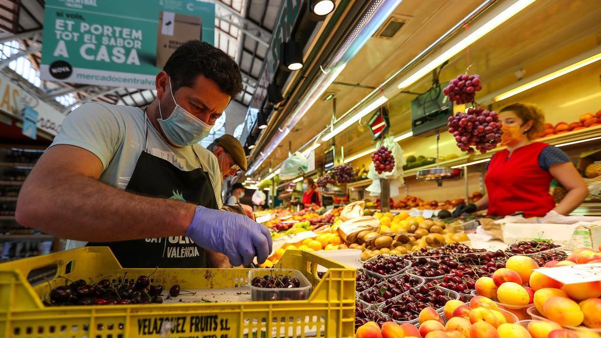 U hombre atiende en una frutería en Valencia.