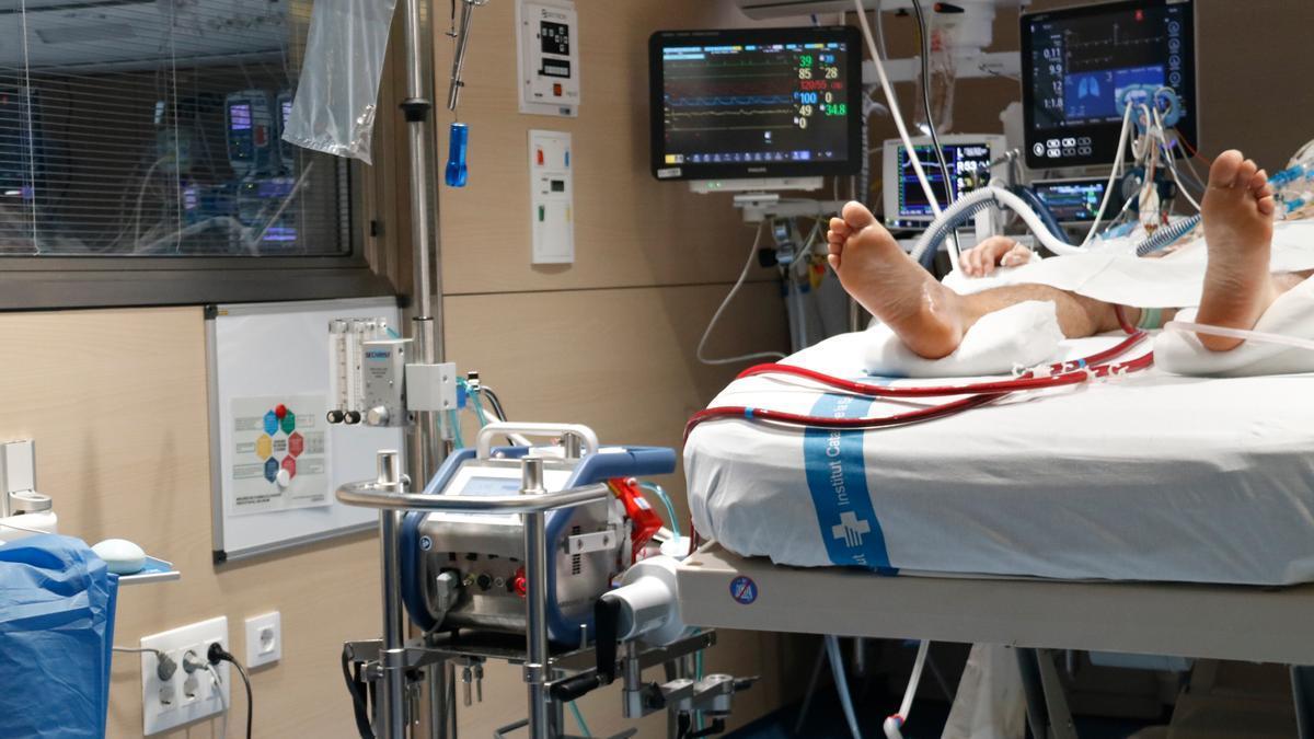 Un pacient crític resta ingressat a l'UCI de Vall d'Hebron per Covid