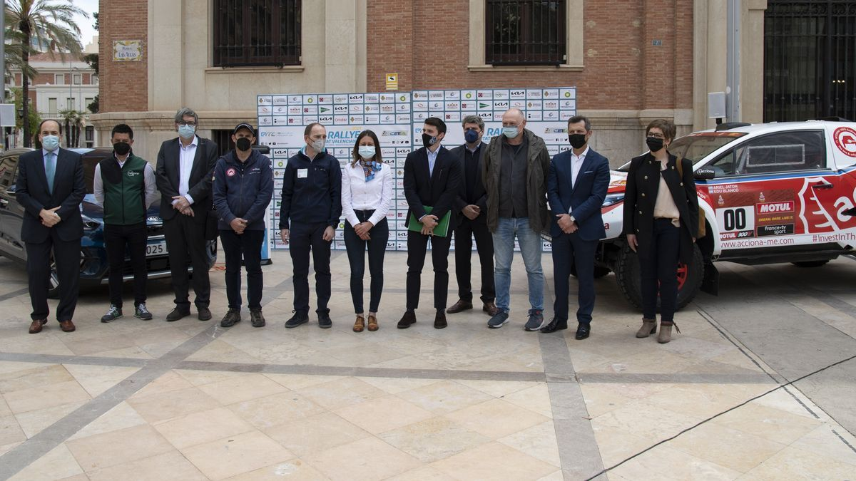 La Plaza de las Aulas acogió la presentación del Eco Rallye de la Comunitat Valenciana en su octava entrega.
