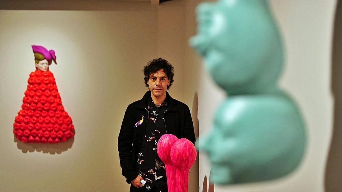 Iván Prieto, con su obra, en una exposición pasada.   | // LA OPINIÓN