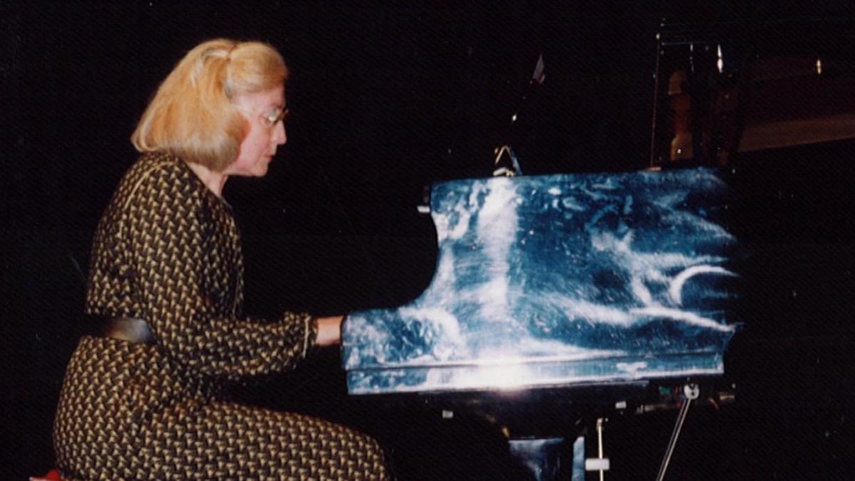 Maria Rosa Gratacós, en una imatge d'arxiu, fent allò que més li agradava, tocar el piano