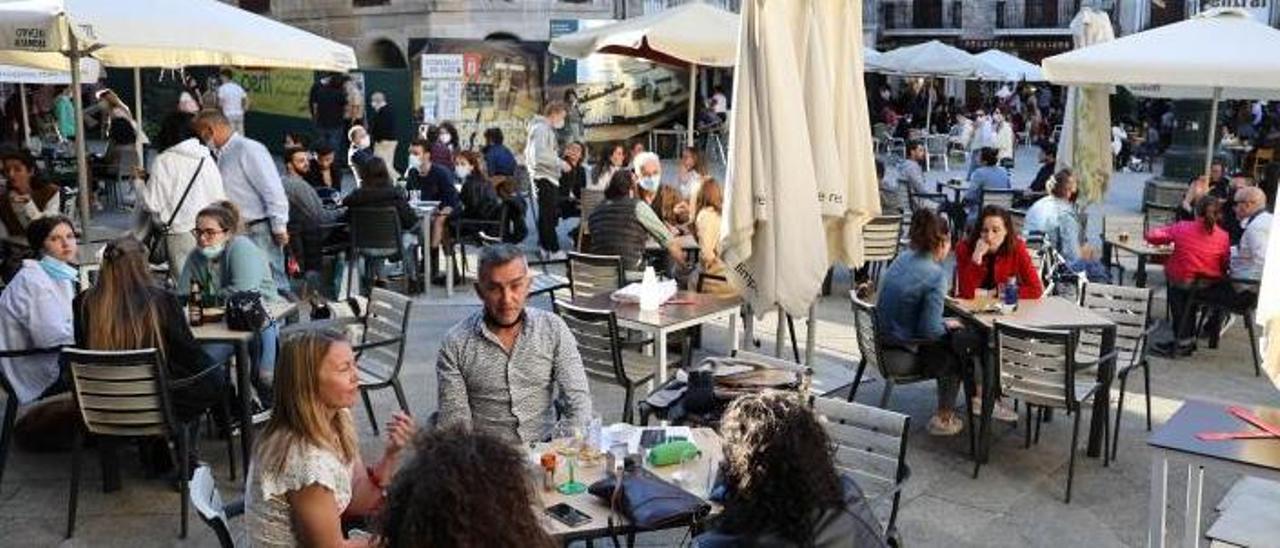Clientes en terrazas del centro de Vigo.     //ALBA VILLAR