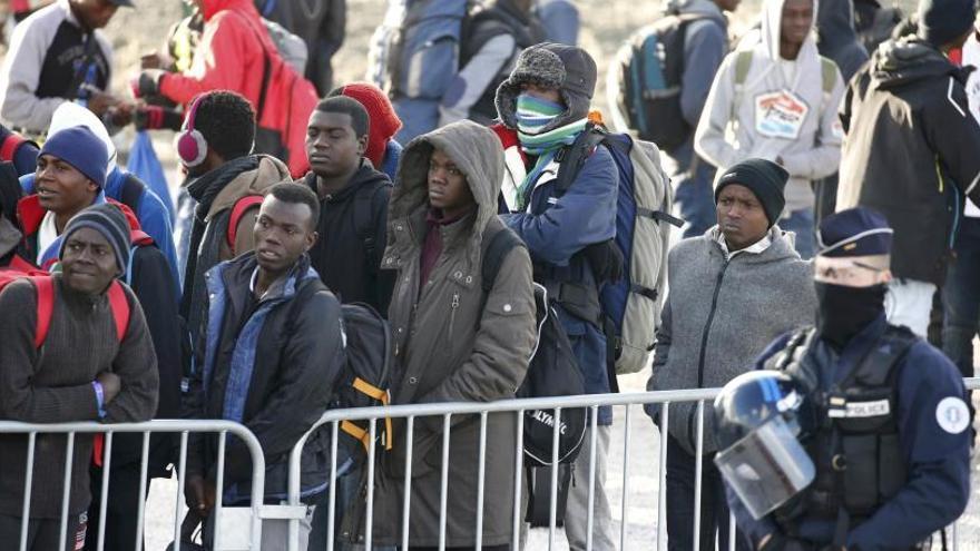 Francia inicia el realojo de 1.500 menores de Calais
