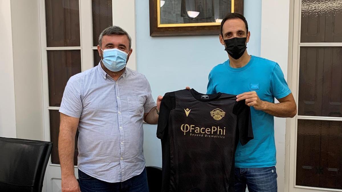 José Manuel Penalva, alcalde de Crevillent, junto al jugador crevillentino Juanfran Torres