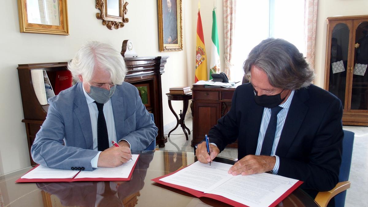 Firma del convenio entre los abogados de Málaga y EADE.
