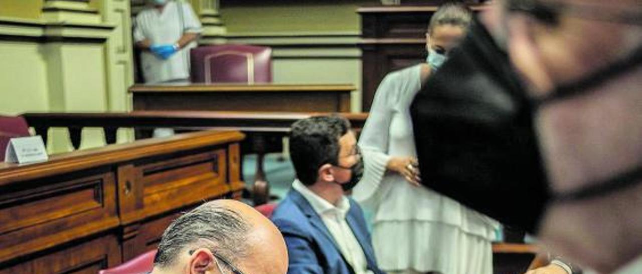 José Miguel Barragán realiza anotaciones en el pleno del Parlamento celebrado ayer.