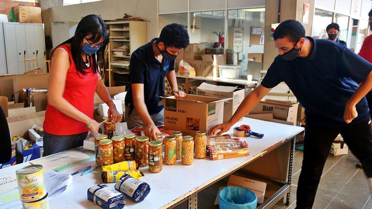 La coordinadora i els joves del centre ocupacional de la Fundació Els Joncs. | ACN