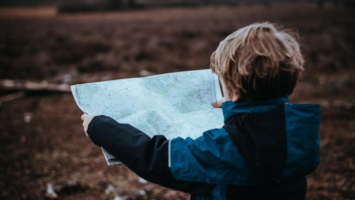 Un niño con un mapa.