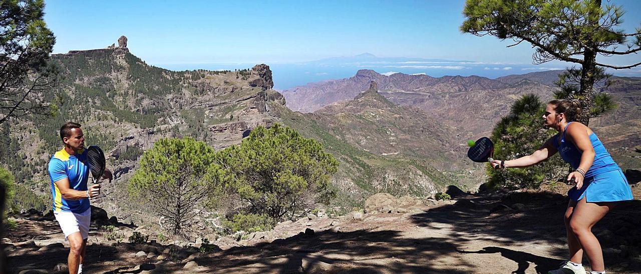 Aday Santana y María Navarro pelotean en el centro de Gran Canaria, con el Roque Nublo y el Bentayga imponentes al fondo. | | LP/DLP