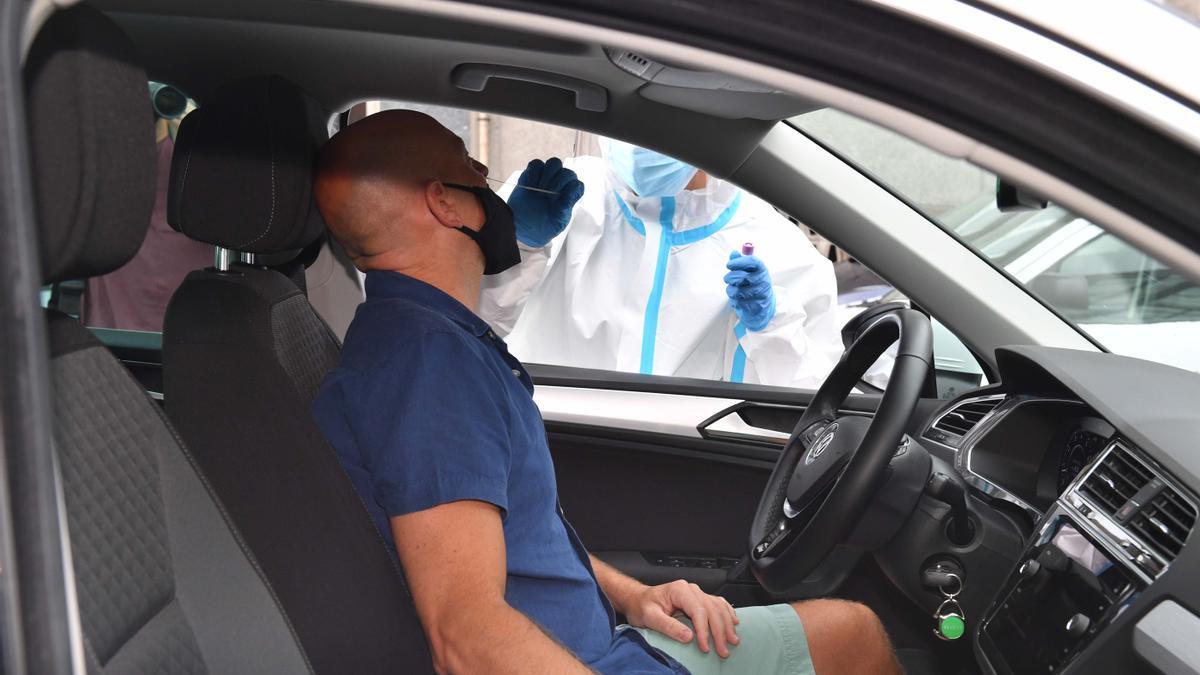 Un hombre se somete a una prueba PCR en A Coruña.