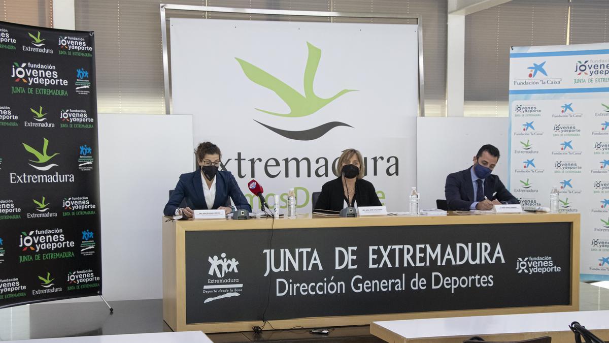María Jesús Catalá Buera, Sonia Bejarano Sánchez y César Corcho Fernández, presentan el programa de acciones.