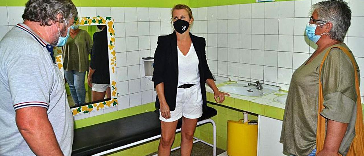En 2020, la entonces alcaldesa, Loli Castiñeira, visitó el colegio para ver el estado de los baños con la edil de Educación, Gela Ledo.     // D.P.