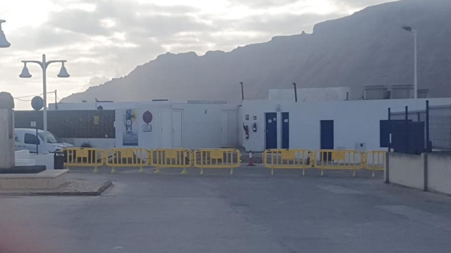 """Puertos Canarios restringe """"por seguridad"""" la entrada de vehículos al muelle de La Graciosa"""