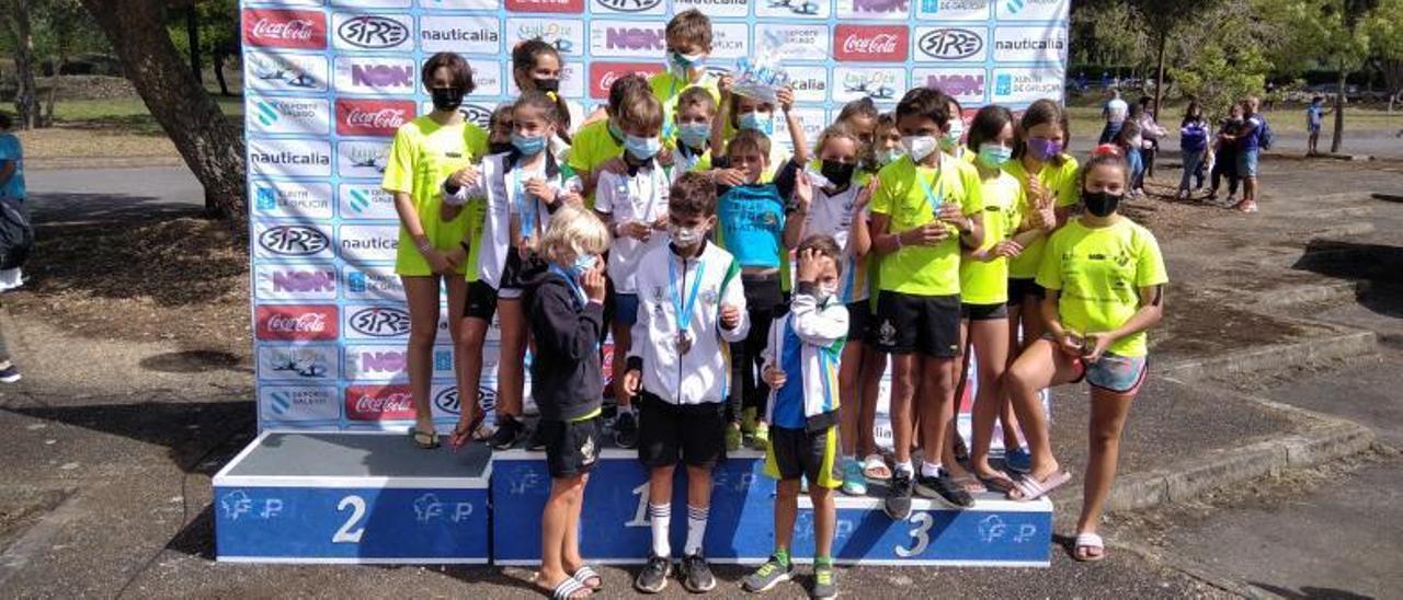 Competidores del Ría de Aldán en el podio.    // FDV