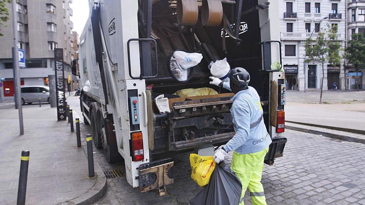 Treballadors de Girona+Neta, l'empresa mixta que ara presta el servei, en una imatge d'arxiu.