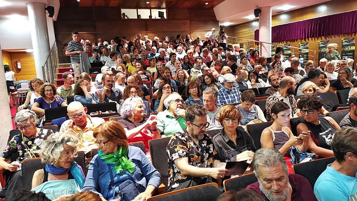 El auditorio del Centro Social do Mar de Bueu abarrotado en una de las sesiones del FICBueu. |   // SANTOS Á.