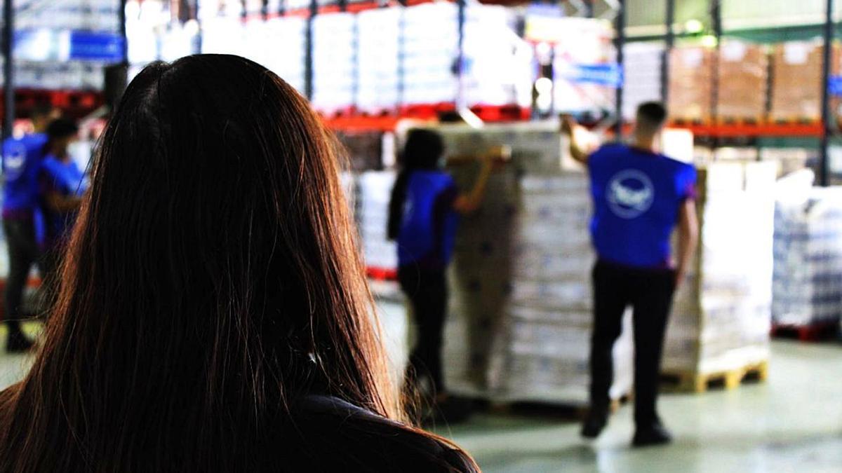 Voluntarios de Basmur  clasifican alimentos donados.  facebook