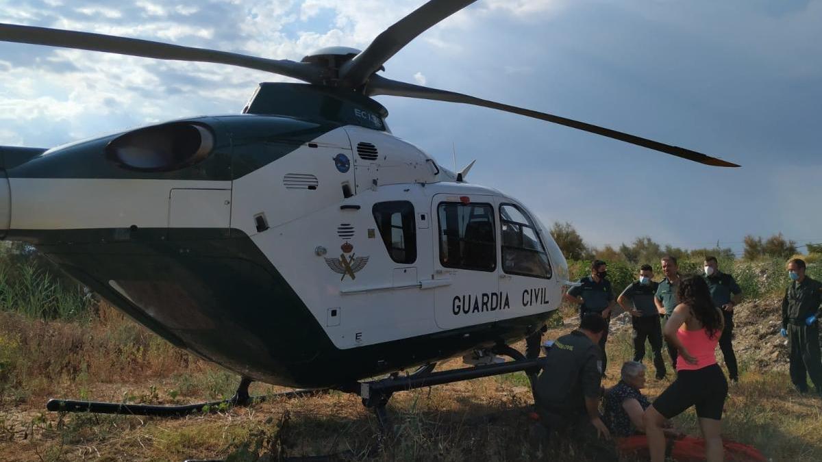 Los agentes de la Guardia Civil, tras el rescate en helicóptero.