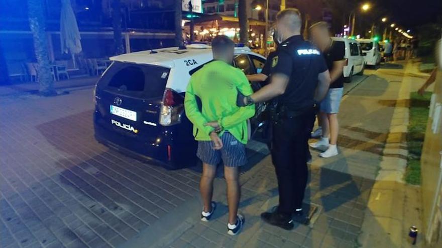 Detenida una joven por herir con una lata de cerveza a un policía durante un botellón
