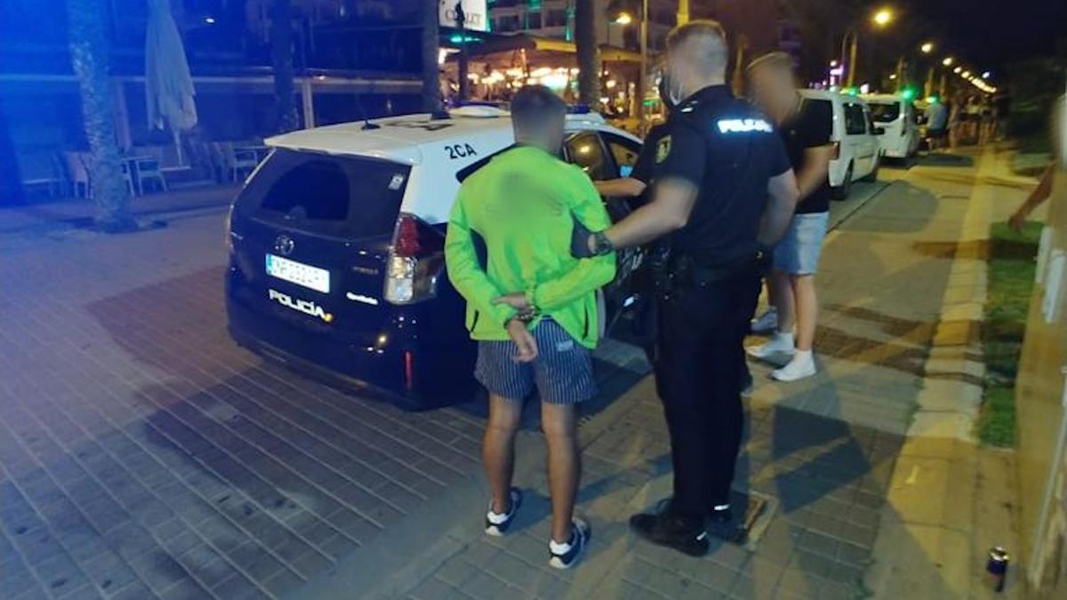 Agentes de la Policía de Playa de Palma trasladan a uno de los detenidos esta semana.