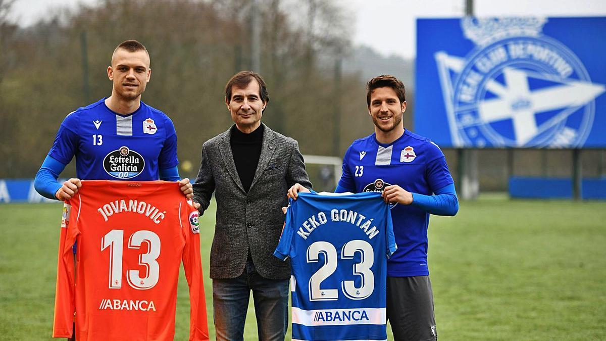 El hasta hace unos días Richard Barral, en el medio, junto a Jovanovic y Keko Gontán. |  // CARLOS PARDELLAS