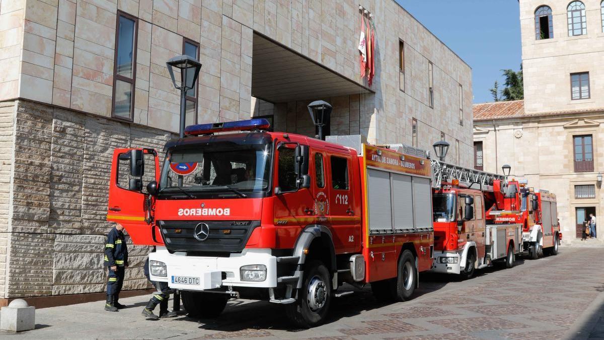 Los bomberos de la capital frente a la Diputación.