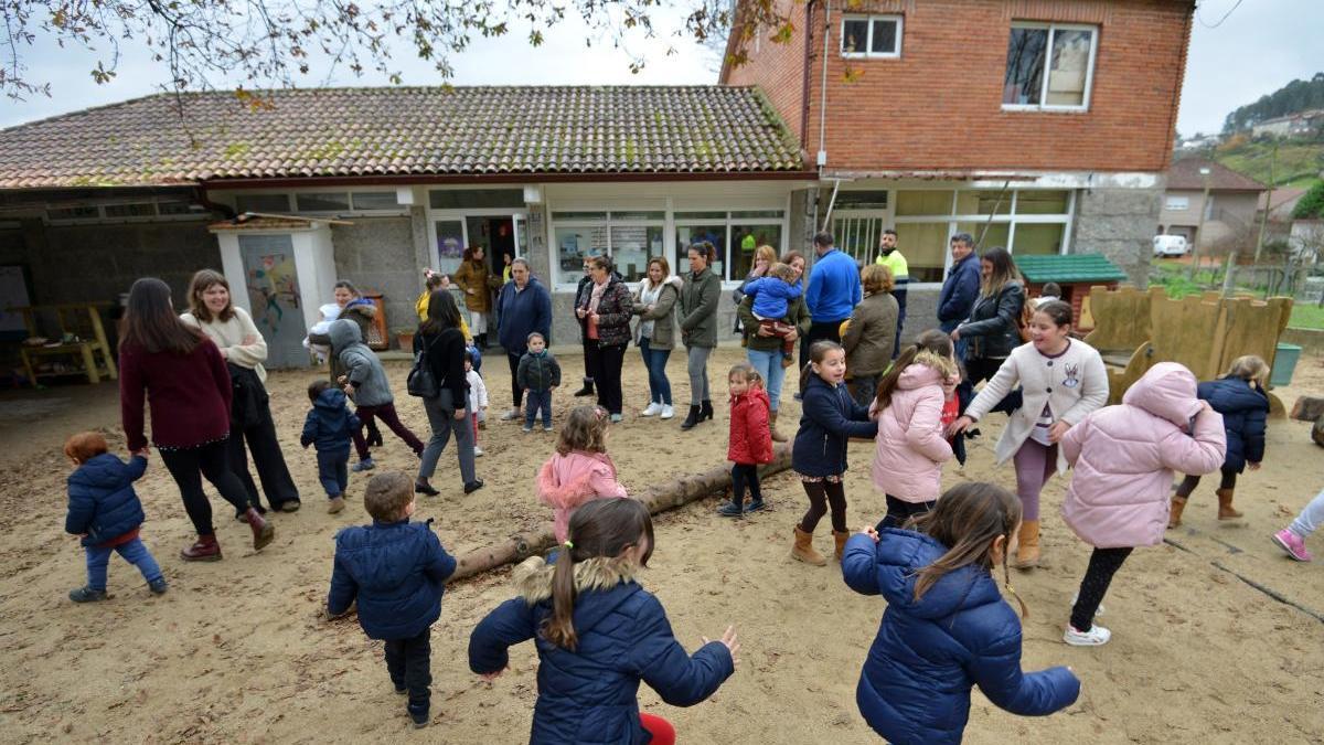 Niños en la escuela de Verducido. // G. Santos