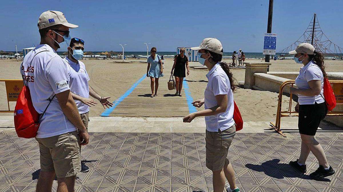 Cuatro de los jóvenes auxiliares contratados durante el verano pasado en la playa de la Malva-rosa.  | M.A.MONTESINOS