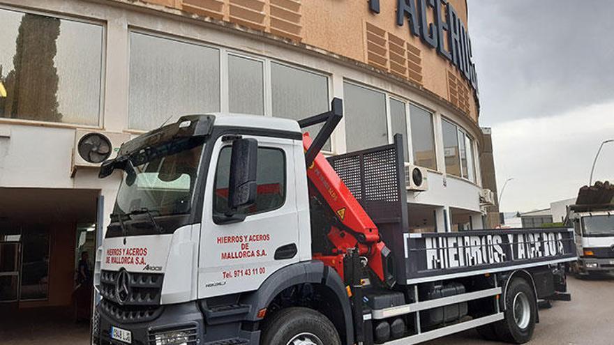Autovidal entrega nuevo camión a Hierros y Aceros de Mallorca