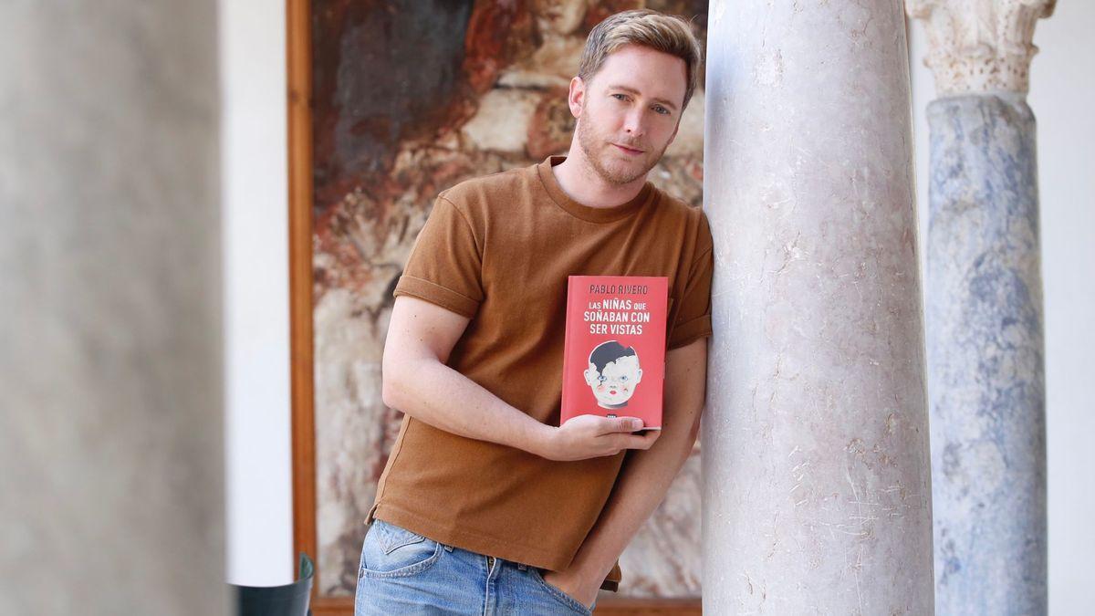 Pablo Rivero sostiene su última novela.